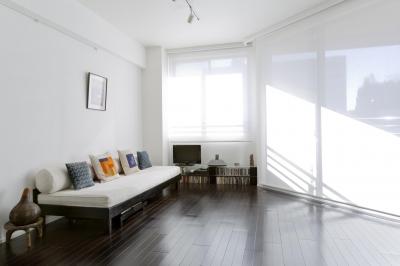 漆喰の白壁にダークブラウンのインテリアが美しい、リラックスできる落ち着いた空間。 (リビング)