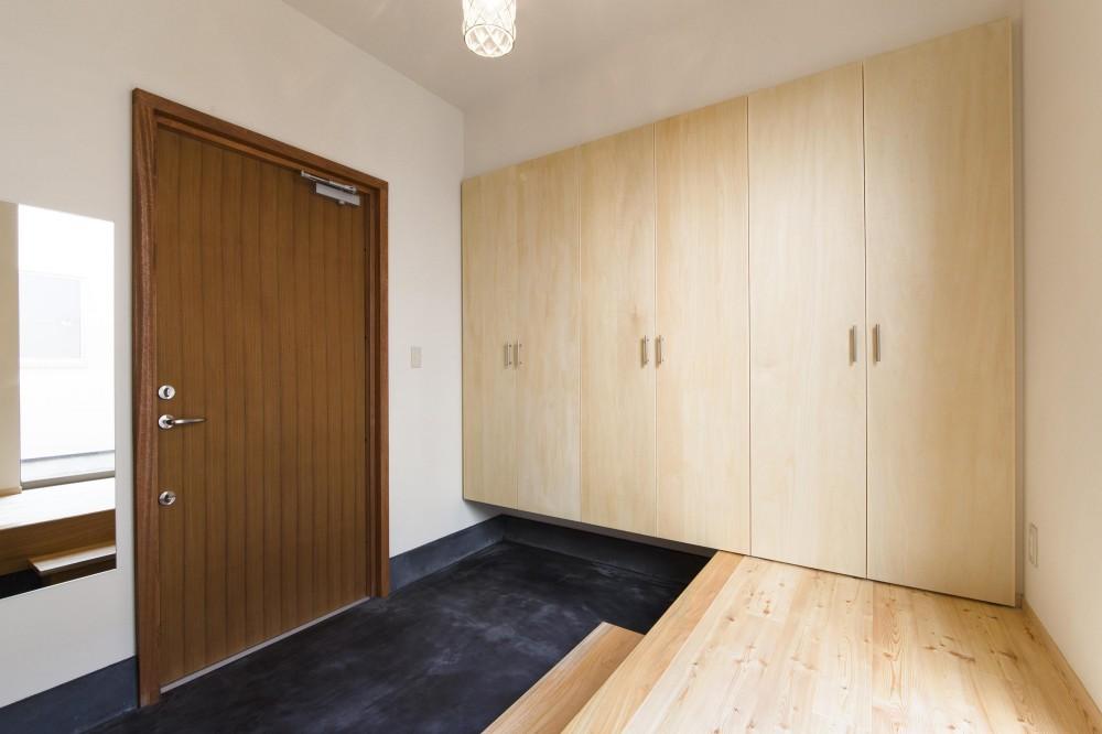 今戸コートハウス (木製ドアと墨色土間ある玄関)