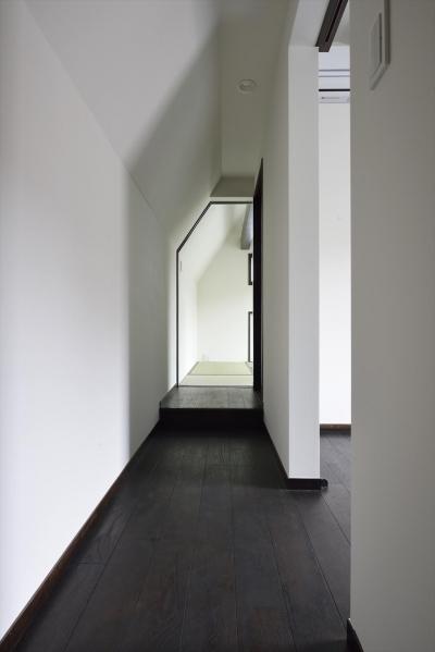 白墨のいえ (斜め天井の廊下)