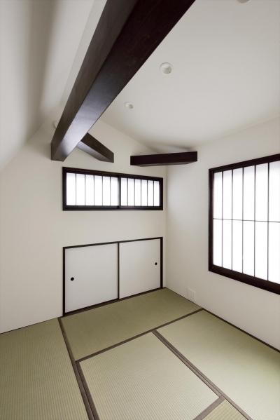 白墨のいえ (斜め天井の和室)