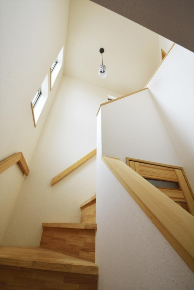 弦巻コートハウス (吹抜けの階段)