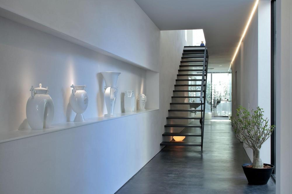 浜田山の家-ギャラリースタイルの家、ミニマリズムの調べ- (白磁のギャラリーと階段)
