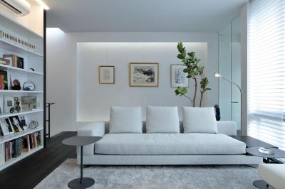 浜田山の家-ギャラリースタイルの家、ミニマリズムの調べ- (リビングのソファと背面のギャラリー)