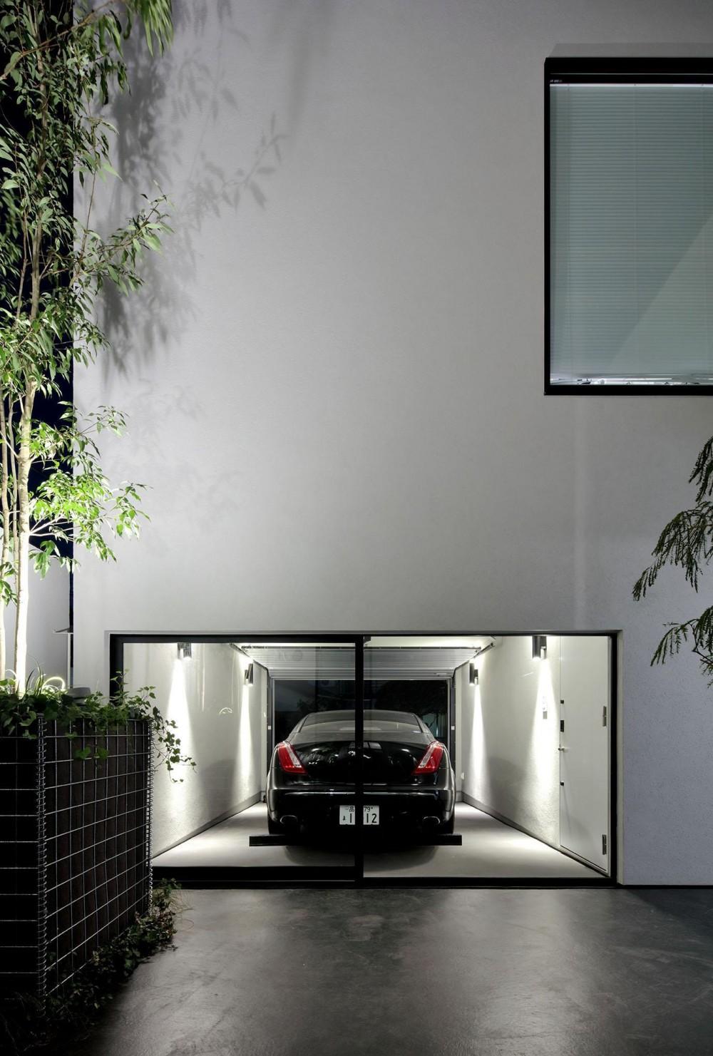 浜田山の家-ギャラリースタイルの家、ミニマリズムの調べ- (中庭からガレージを見る)