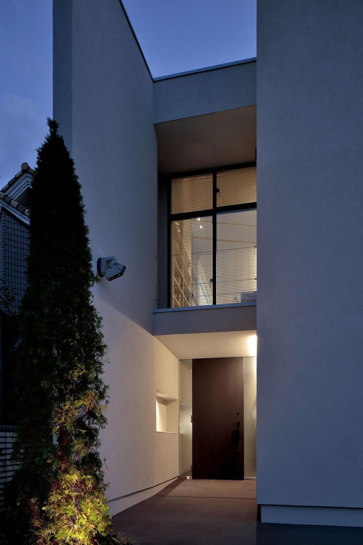 浜田山の家-ギャラリースタイルの家、ミニマリズムの調べ- (端正な玄関の表情)