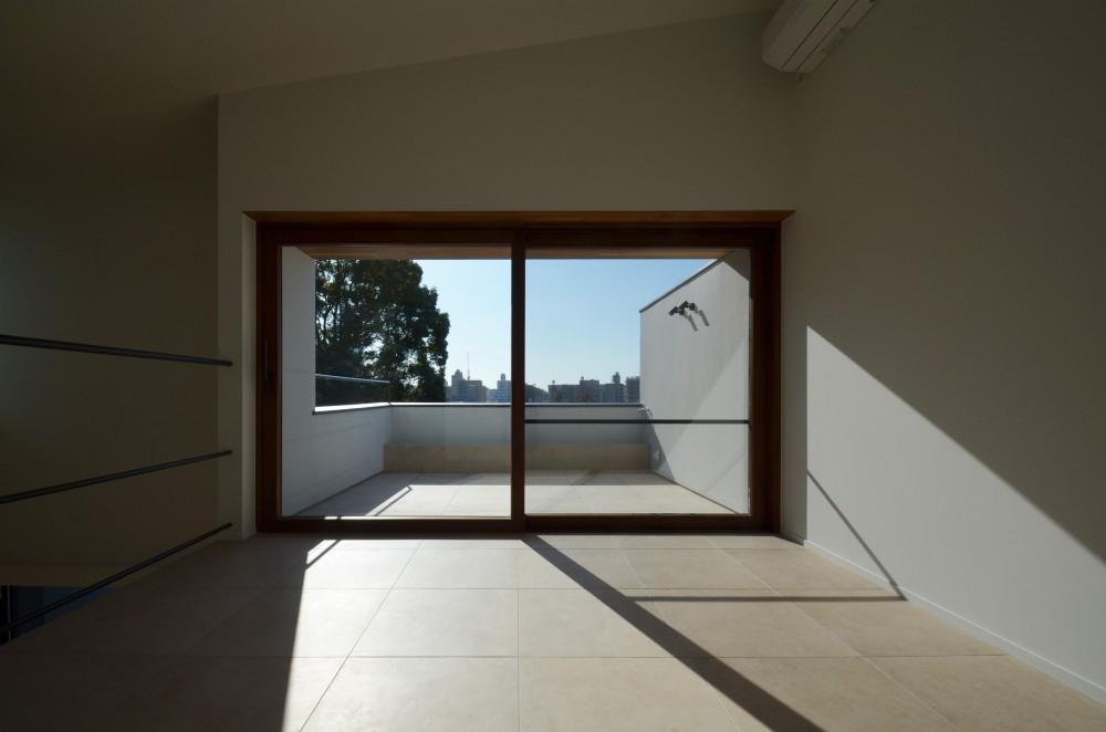 青葉台KM邸-都市公園の緑を借景とするスキップフロアの二世帯住宅- (テラスとの一体感)