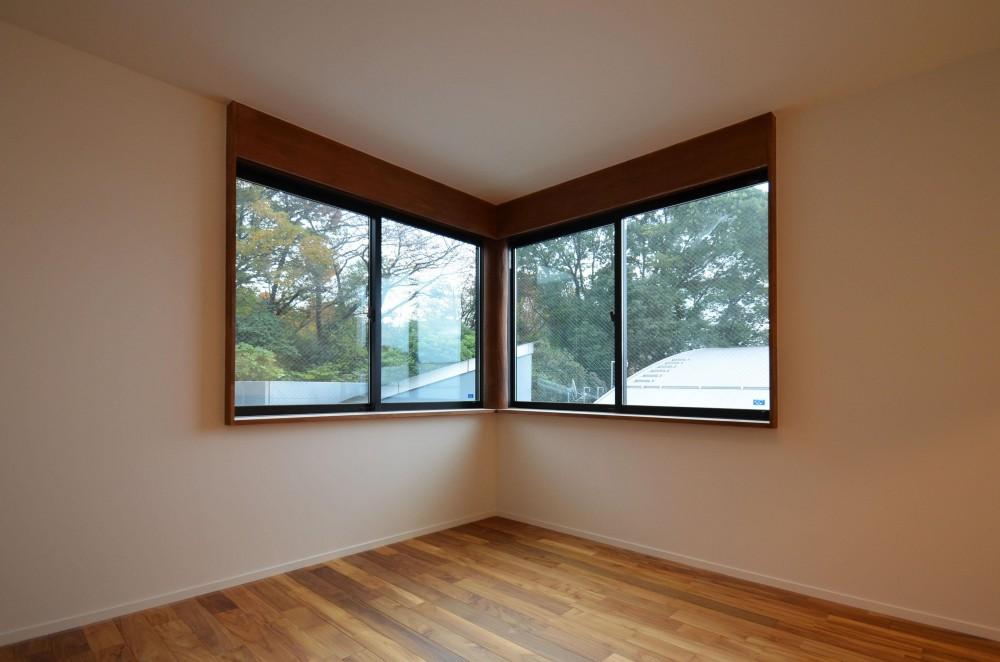 青葉台KM邸-都市公園の緑を借景とするスキップフロアの二世帯住宅- (コーナーウィンドウ)