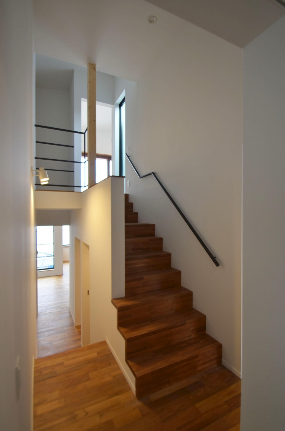 青葉台KM邸-都市公園の緑を借景とするスキップフロアの二世帯住宅- (スキップフロアの階段)
