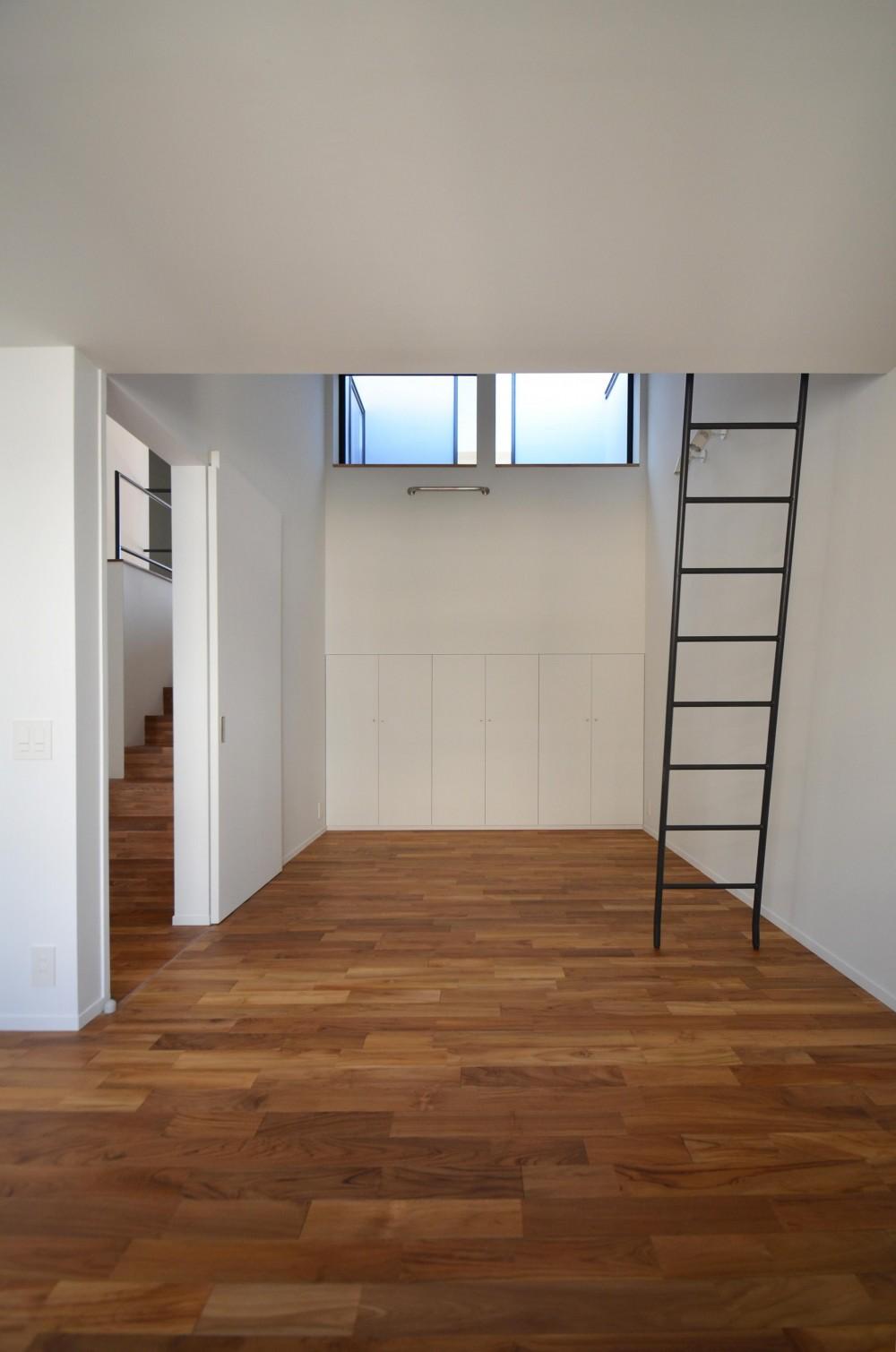 青葉台KM邸-都市公園の緑を借景とするスキップフロアの二世帯住宅- (寝室とロフトへ上がるはしご)