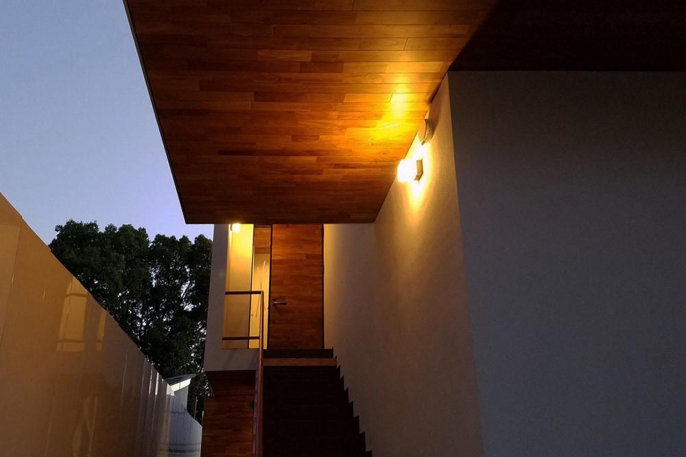 青葉台KM邸-都市公園の緑を借景とするスキップフロアの二世帯住宅- (軒天を照らす照明)