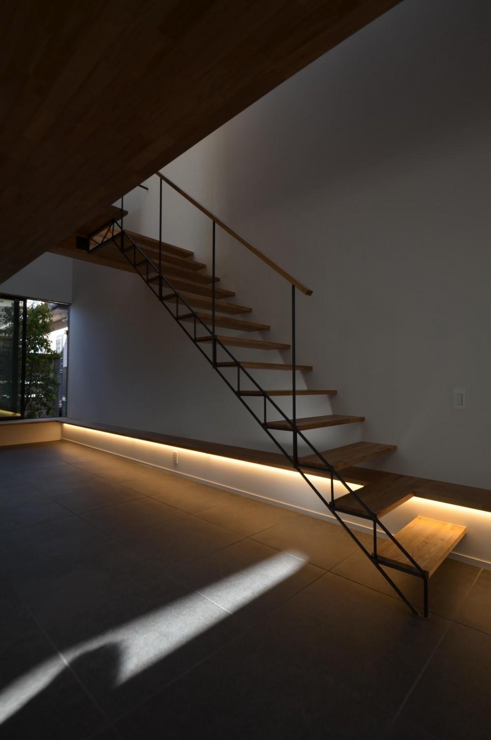 本天沼S邸-領域を明確にし、内外の連続性をつくりだす石壁- (鉄骨のトラス階段)