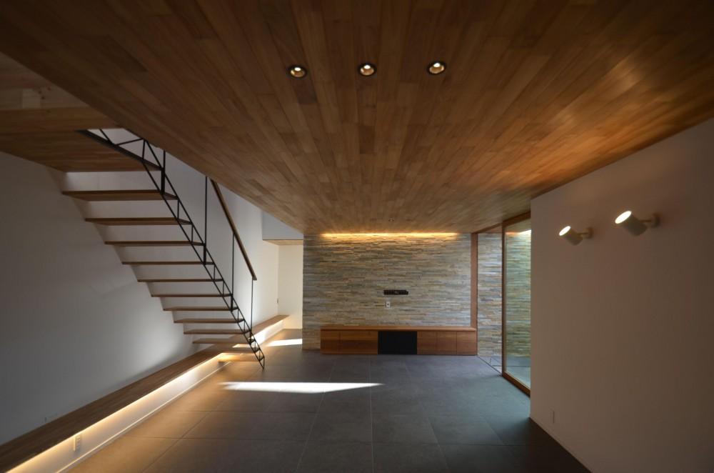 本天沼S邸-領域を明確にし、内外の連続性をつくりだす石壁- (リビング全景)