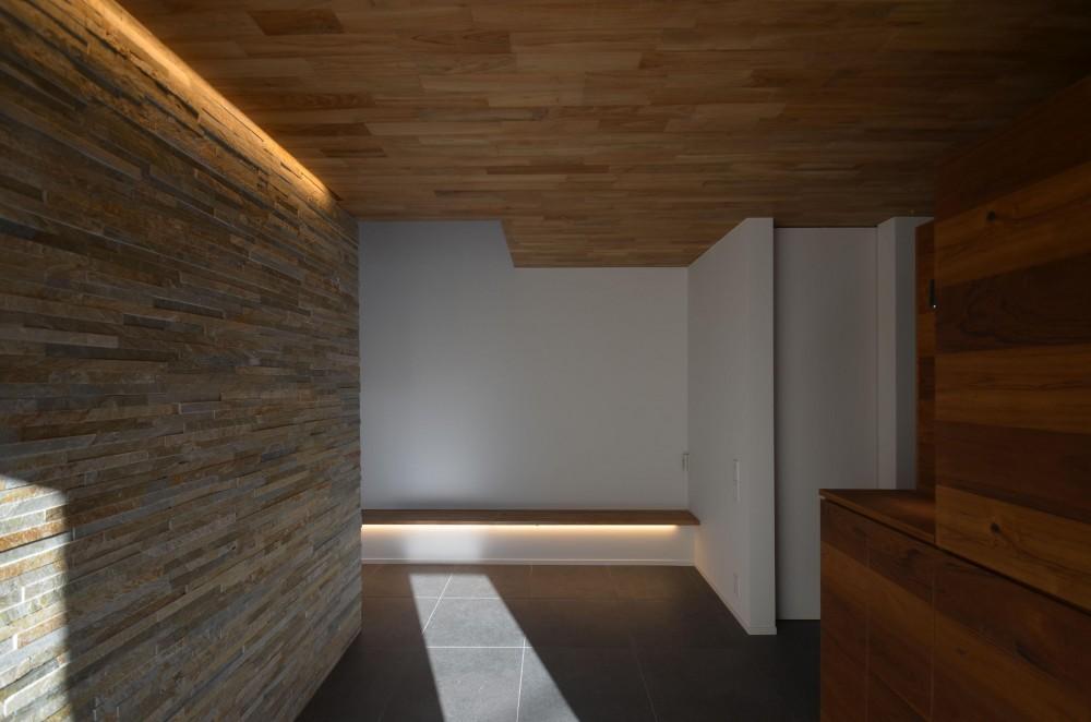 本天沼S邸-領域を明確にし、内外の連続性をつくりだす石壁- (玄関サイドの石壁)