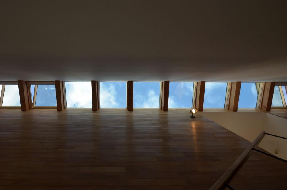 本天沼S邸-領域を明確にし、内外の連続性をつくりだす石壁- (スリット状の天窓)