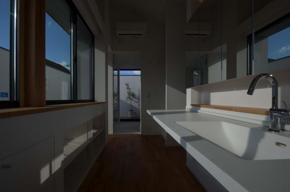 本天沼S邸-領域を明確にし、内外の連続性をつくりだす石壁- (明るい洗面脱衣室)