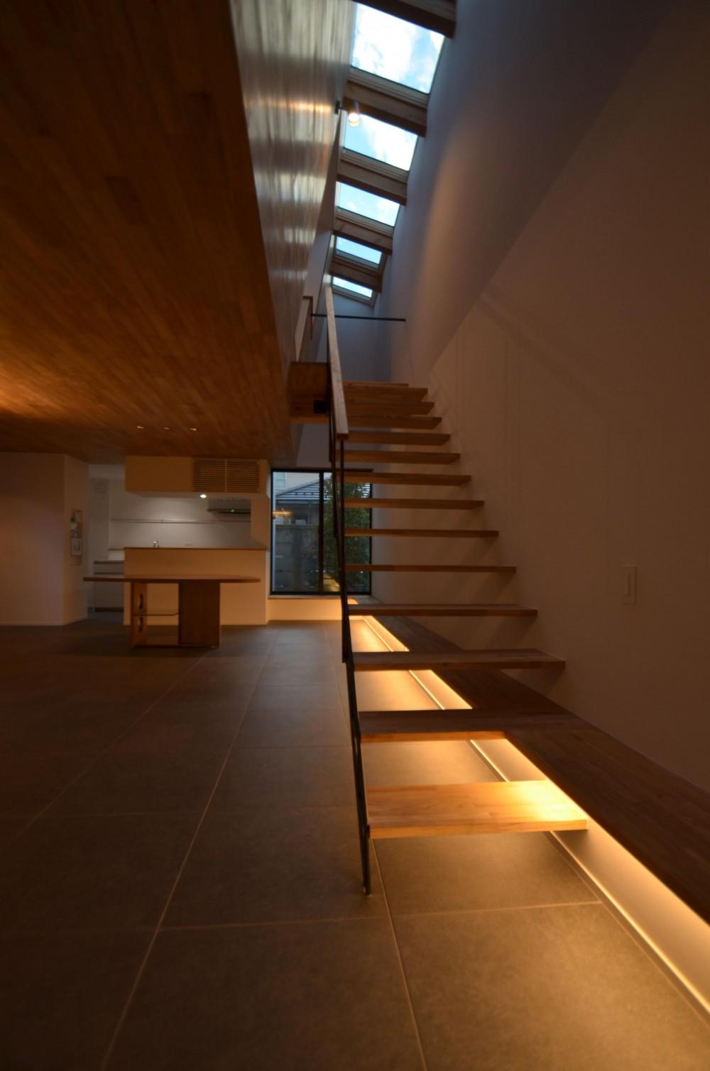 本天沼S邸-領域を明確にし、内外の連続性をつくりだす石壁- (階段と間接照明)