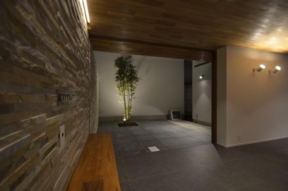 本天沼S邸-領域を明確にし、内外の連続性をつくりだす石壁- (リビングから見る中庭1)