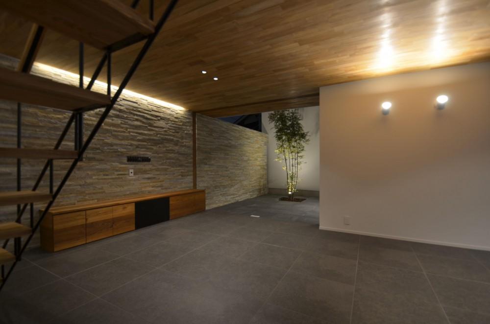 リビングから見る中庭2 (本天沼S邸-領域を明確にし、内外の連続性をつくりだす石壁-)
