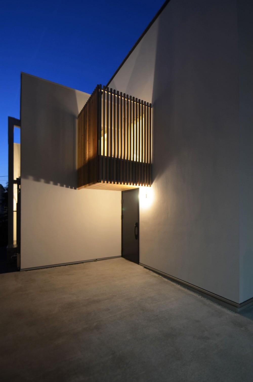 保谷O邸-「鳥かご」のあるシンプルモダンなコートハウス- (玄関上の木格子から漏れる光)