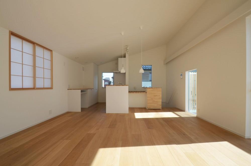 保谷O邸-「鳥かご」のあるシンプルモダンなコートハウス- (リビングからキッチンを見る)