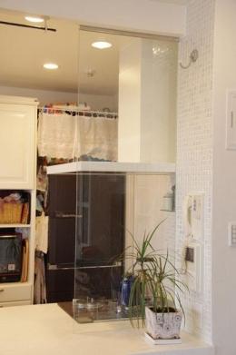 理想のオープンキッチンへ、キッチンリフォーム (ガラスの向こうに観葉植物を置いて別空間に)
