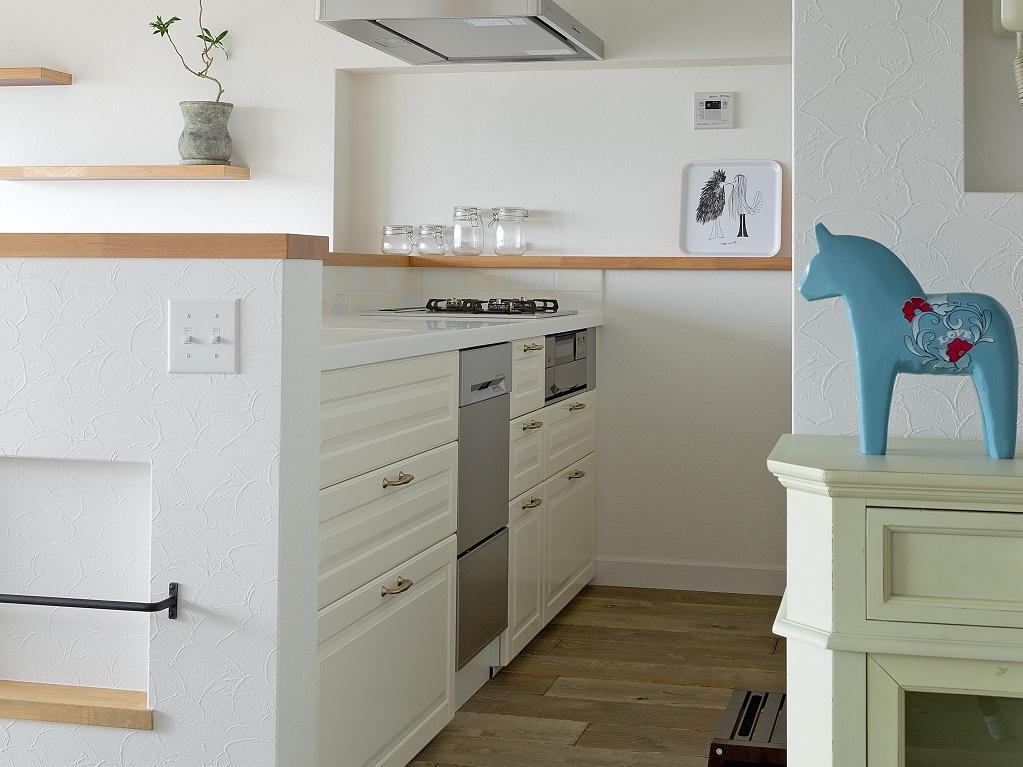 東加古川のリビング、キッチンリフォーム事例|ヴィンテージスタイルの住まいの部屋 白を基調としたIKEAのシステムキッチン