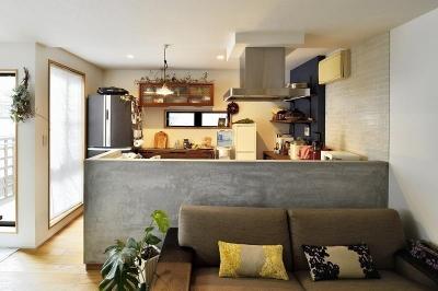 キッチン (暖かな光に包まれた、レトロな雰囲気を楽しむリビング)