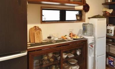 暖かな光に包まれた、レトロな雰囲気を楽しむリビング (キッチン収納)