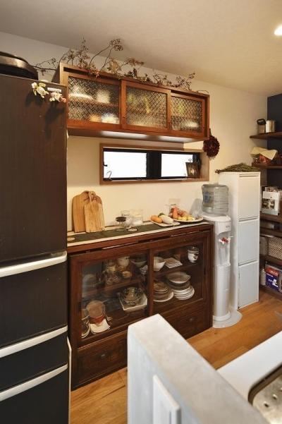 キッチン収納 (暖かな光に包まれた、レトロな雰囲気を楽しむリビング)