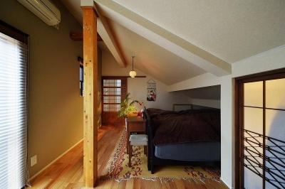 寝室 (暖かな光に包まれた、レトロな雰囲気を楽しむリビング)