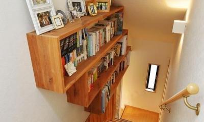 暖かな光に包まれた、レトロな雰囲気を楽しむリビング (階段 本棚)
