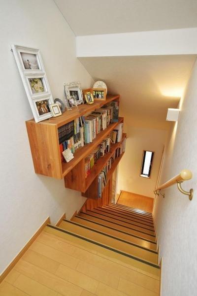 階段 本棚 (暖かな光に包まれた、レトロな雰囲気を楽しむリビング)