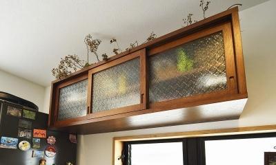 暖かな光に包まれた、レトロな雰囲気を楽しむリビング (キッチン棚)