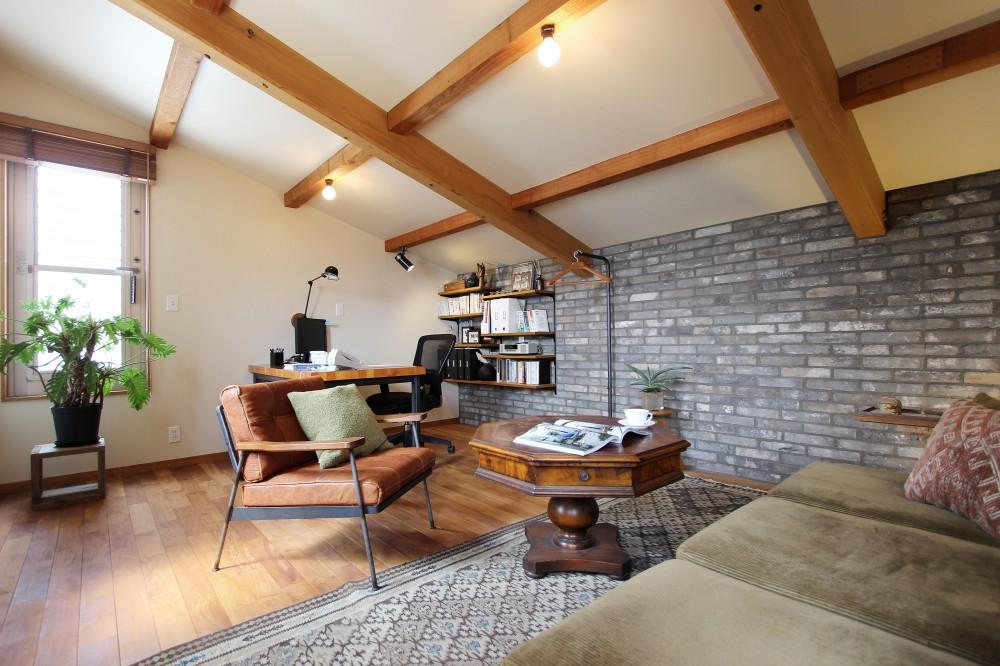 屋根裏部屋につくった、大人のための書斎 (グレーの石壁のアクセントウォール)
