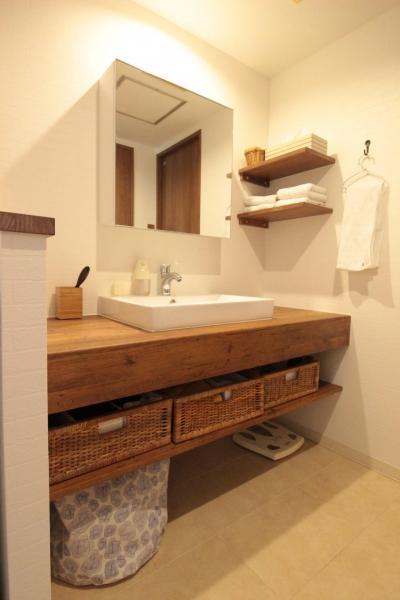 洗面脱衣室 (冬でもあったか!パイン無垢フローリングのカフェみたいな家)