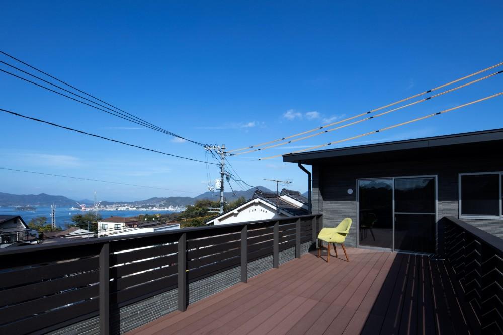 光と風を取り込むため中庭と屋根上のウッドデッキ 「呉の家Ⅱ」 (海の見えるルーフバルコニー)