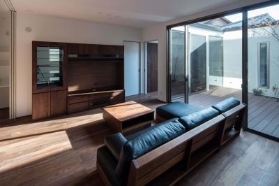 光と風を取り込むため中庭と屋根上のウッドデッキ 「呉の家Ⅱ」 (中庭と一体になったリビング)