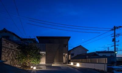 光と風を取り込むため中庭と屋根上のウッドデッキ 「呉の家Ⅱ」