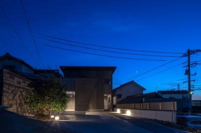 光と風を取り込むため中庭と屋根上のウッドデッキ 「呉の家Ⅱ」 (ファサード)