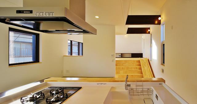 鶴岡の家 (キッチンからリビングの眺め)