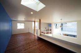 barleymow house (天窓から光が差し込む空間)