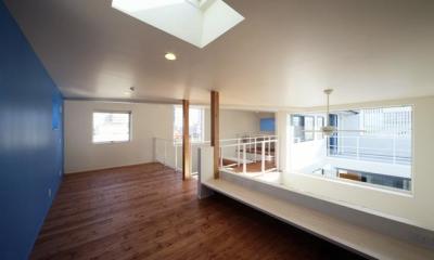 天窓から光が差し込む空間|barleymow house