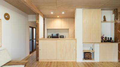 1階キッチン (築90年の木造住宅を二世帯にリノベーション:『横須賀市久里浜・戸建二世帯リノベーション』)