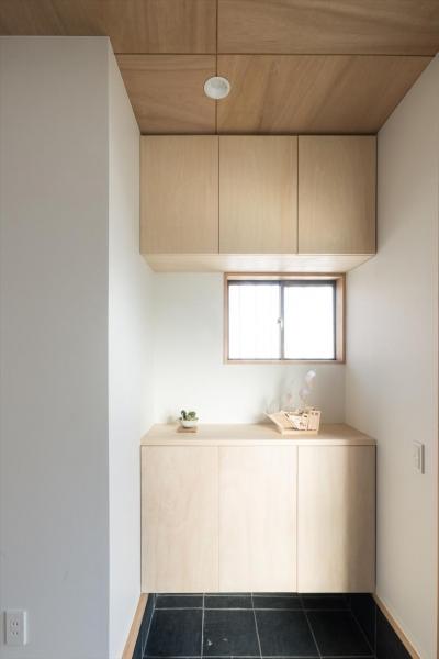 玄関 (築90年の木造住宅を二世帯にリノベーション:『横須賀市久里浜・戸建二世帯リノベーション』)