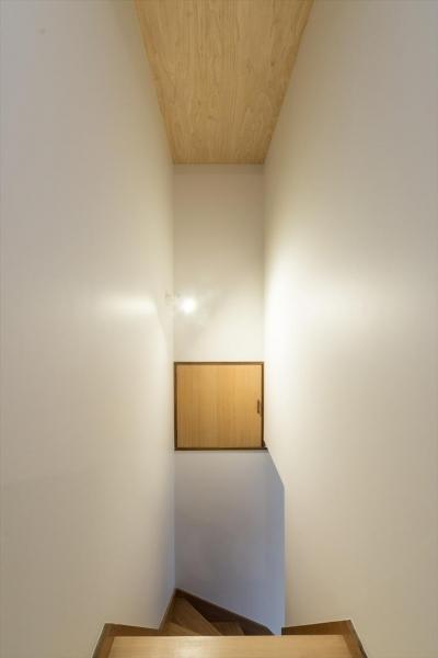階段室 (築90年の木造住宅を二世帯にリノベーション:『横須賀市久里浜・戸建二世帯リノベーション』)
