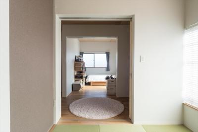 夫婦寝室からリビング・子供室 (築90年の木造住宅を二世帯にリノベーション:『横須賀市久里浜・戸建二世帯リノベーション』)