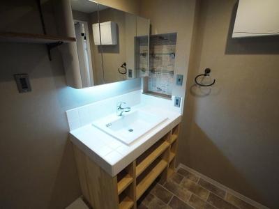洗面室 (バーカウンター風のキッチンがある家)