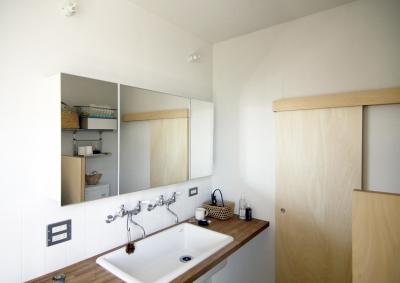 木造の家 (洗面室)