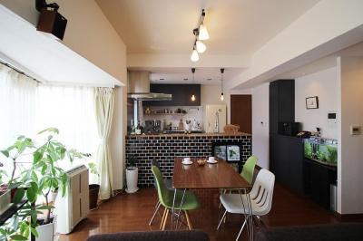 変えたのはキッチンだけ!LDKが大きく変わったリノベーション (LDK全景)