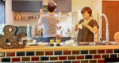 ご夫婦でキッチンに立って… (変えたのはキッチンだけ!LDKが大きく変わったリノベーション)